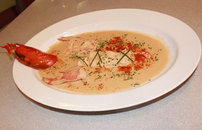 Bajo las instrucciones del chef francés, un grupo de amigos y socialités se reunieron para tomar clases de cocina referente a la época decembrina.