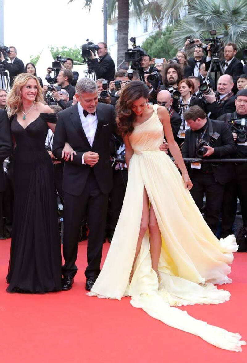 La abertura del vestido hizo que al momento de abrirse Amal enseñara de más.