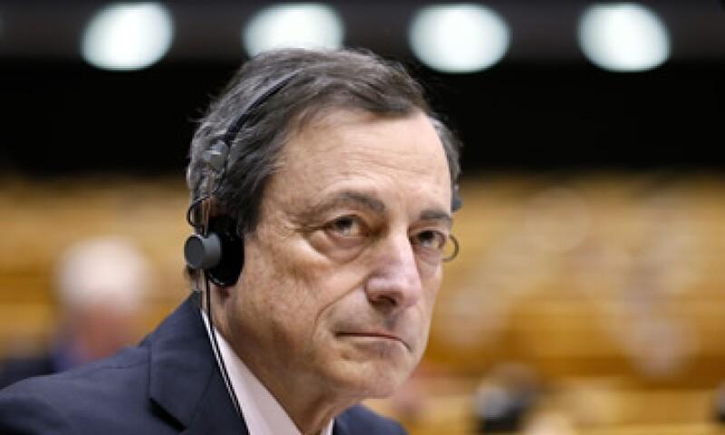 El BCE, presidido por Mario Draghi, planea gastar 66,740 mdd al mes en la compra de bonos soberanos. (Foto: Reuters )