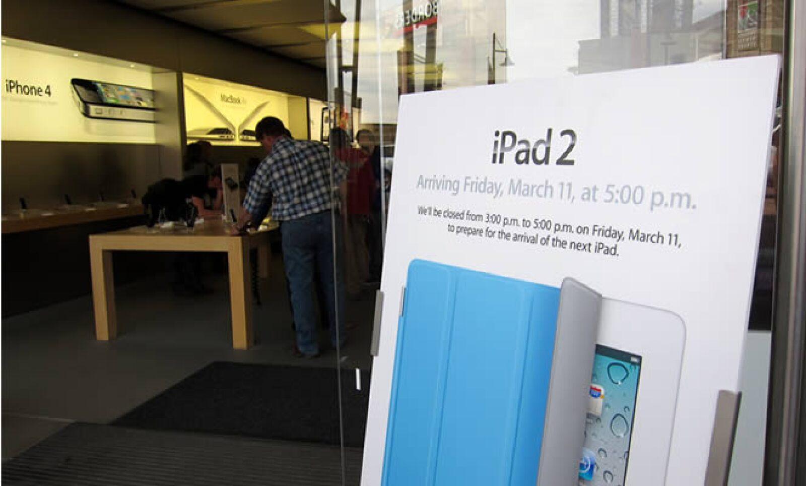Los empleados de Apple cerraron las tiendas desde las 15:00 horas para preparar la salida del nuevo equipo.