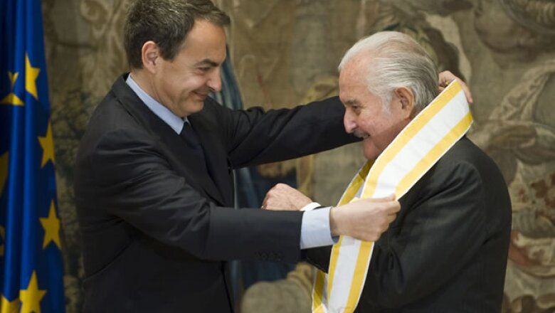 El 24 de marzo de 2009, el entonces ministro español, José Luis Rodríguez Zapatero entregó la Gran Cruz de la Orden de Isabel la Católica a Carlos Fuentes.