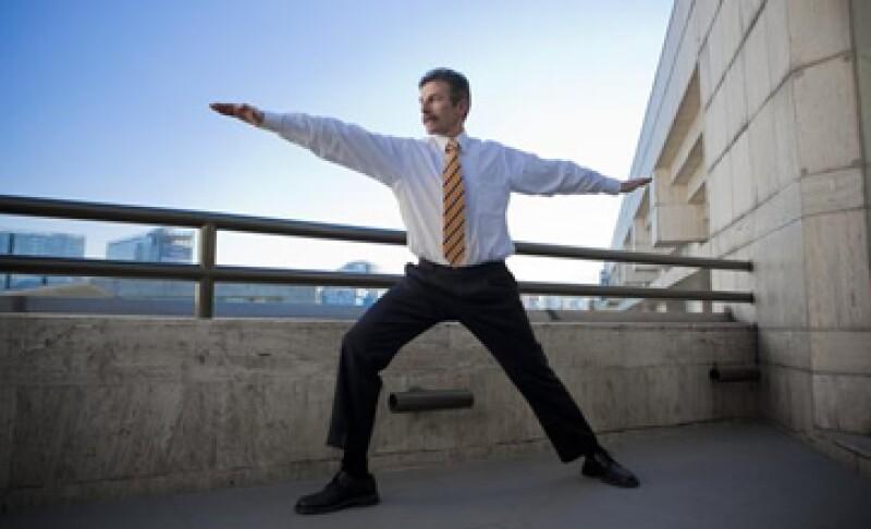 Para Javier Millán, director de Personal de Bimbo, hacer ejercicios de yoga en la oficina le permite tener opiniones más acertadas en sus labores cotidianas. (Foto: Larha Baca)