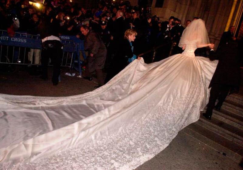 El vestido de novia de Thalía fue increíble, con varios detalles bordados y una cola de varios metros de largo.
