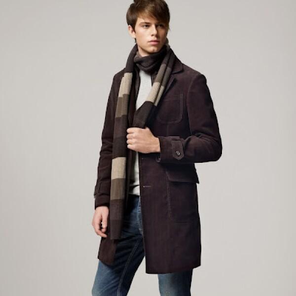 Combina este abrigo con una bufanda a dos tonos de color café para salir en un viernes casual rumbo a tu trabajo.