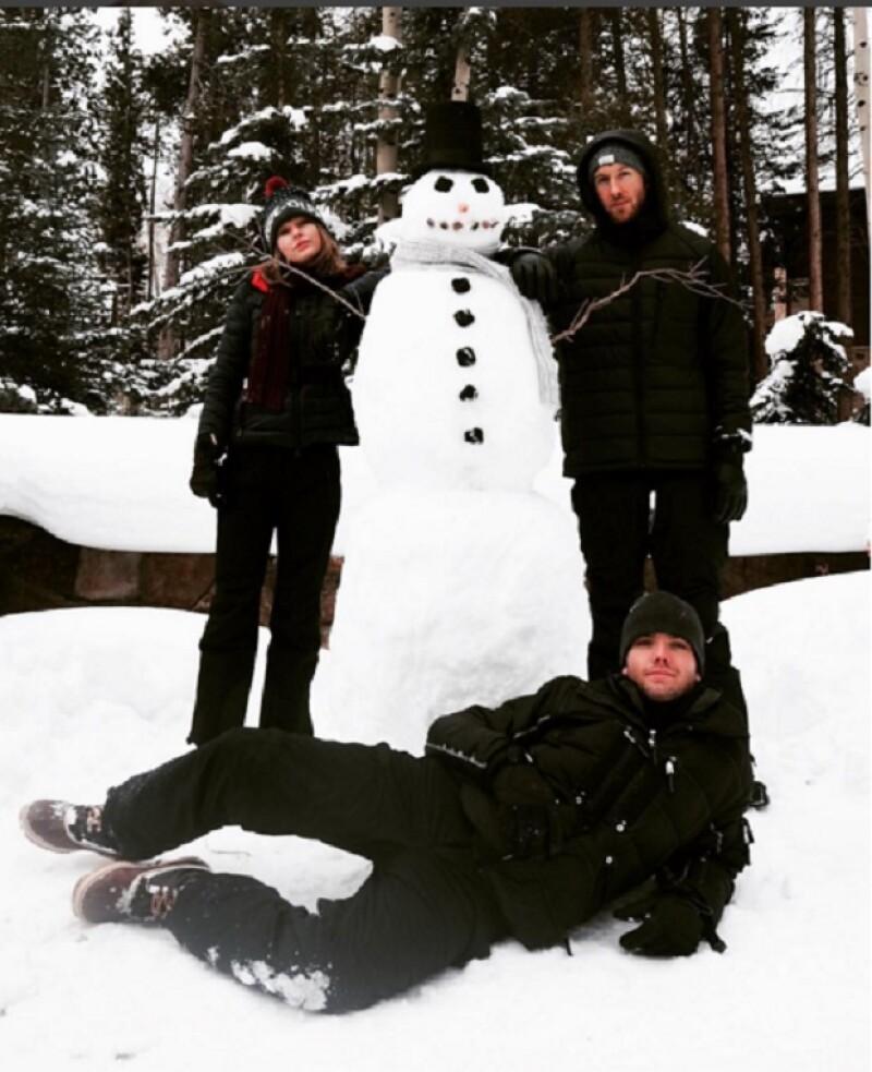 La cantante publicó parte de sus vacaciones bajo cero al lado de su novio, Calvin Harris, y su hermano menor Austin Swift.