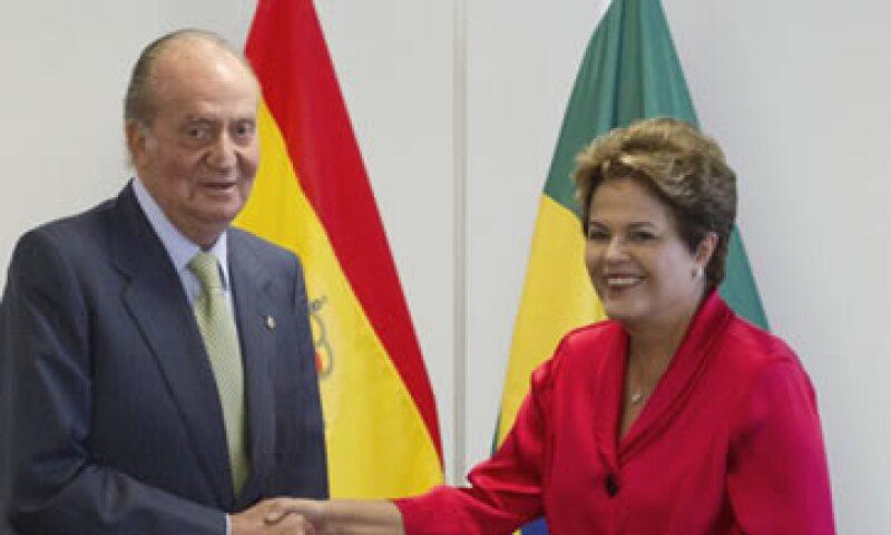 El rey Juan Carlos de España se reunió con Dilma Roussef, presidenta de Brasil. (Foto: AP)