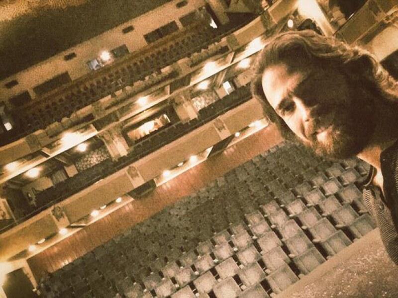 El teatro en donde actuaron en Torreón fue mostrado por Sebastián a través de una selfie.