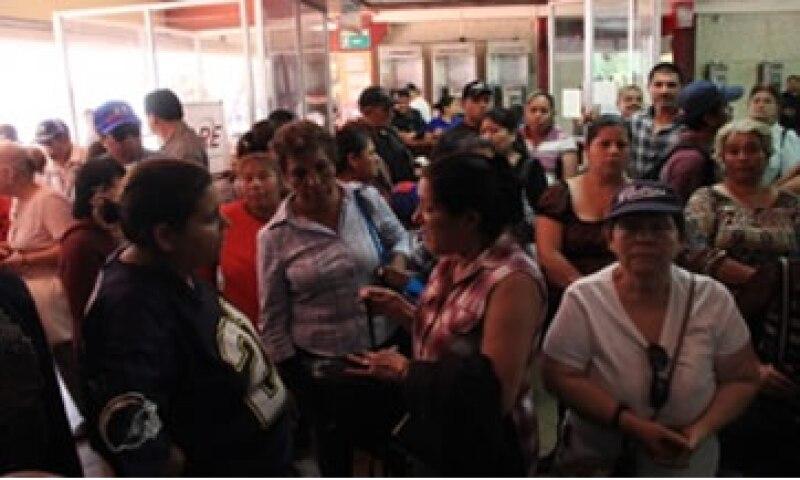 Unas 100 personas que se quedaron sin señal protestó frente al Ayuntamiento de Tijuana. (Foto: Cortesía Ayuntamiento de Tijuana)