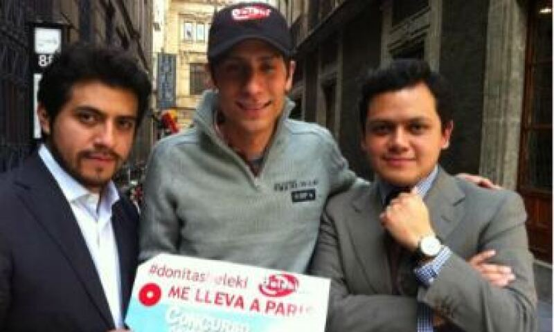Carlos y Julio Beleki con el ganador del viaje a París. (Foto: Cortesía Beleki)