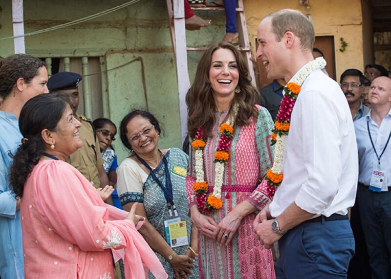 La gente se ha mostrado feliz con la visita del príncipe y su esposa.