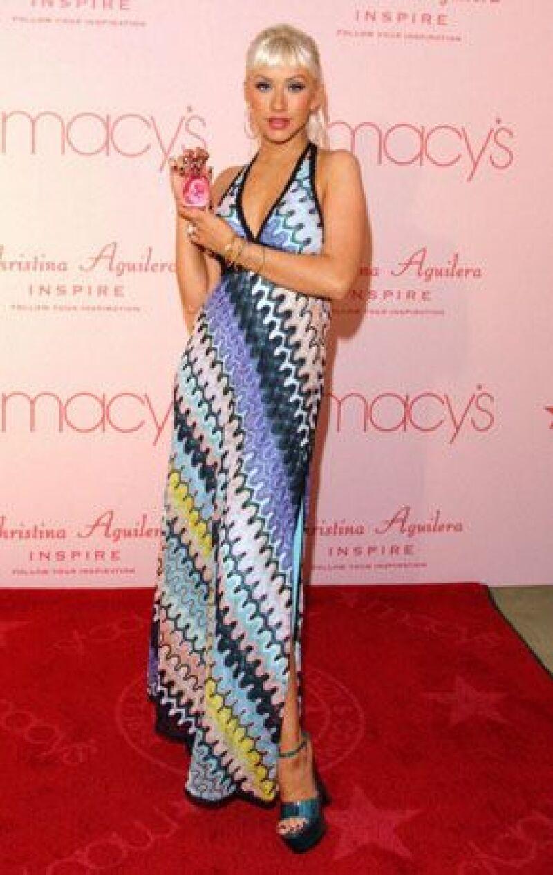 La cantante promocionó su fragancia Inspire en un conocido centro comercial en Los Ángeles, donde atendió a varios centenares de admiradores.