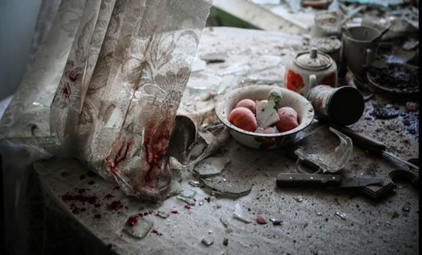 Alimentos y objetos dañados en una cocina en el centro de Donetsk, durante el conflicto en el este de Ucrania, obtuvo el primer lugar en la categoría de Noticias Generales. Autor: Sergei Ilnitsky.