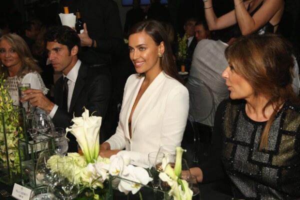 La novia de Bradley Cooper se separó de su novio para asistir a la inauguración de la tienda con un look total white.