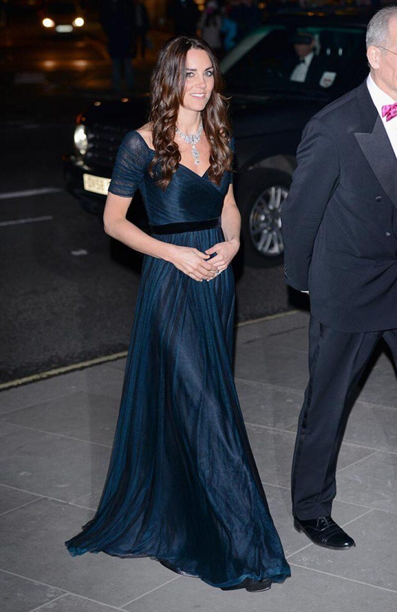 La duquesa de Cambridge lució en su último evento un diseño imperial de la británica Jenny Packham en tono botella que destacó sutilmente su segundo embarazo.