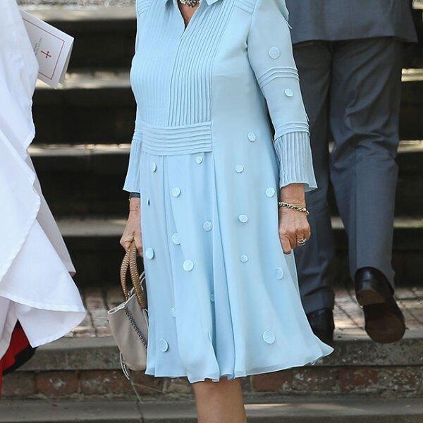 Camilla lució un vestido azul cielo con sombrero a juego.