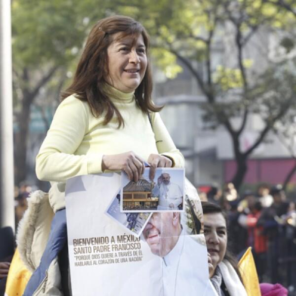 Los fieles portaban banderas y globos que agitaban al paso de Francisco por las calles de la Ciudad de México este domingo.