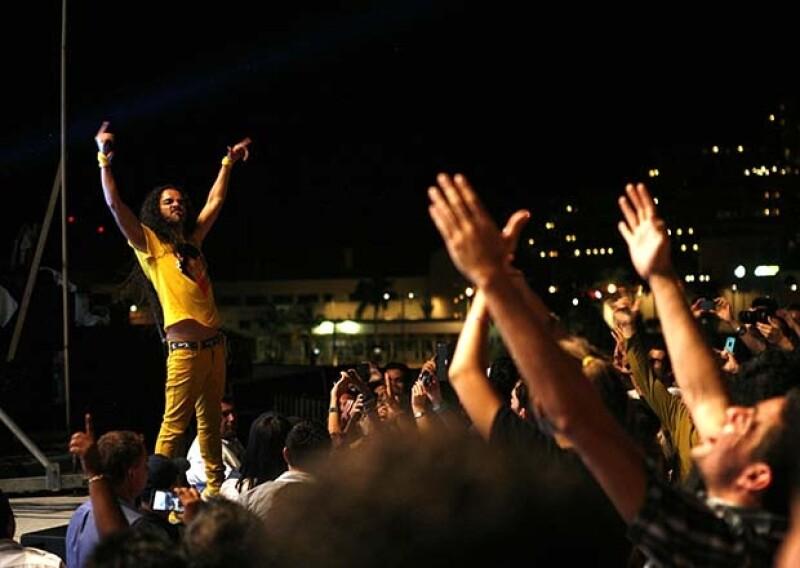 La noche de estreno de la nueva película de la banda, Bernal se dejó querer por sus fans y la banda mexicana puso a bailar al público con un concierto sorpresa en Los Cabos.