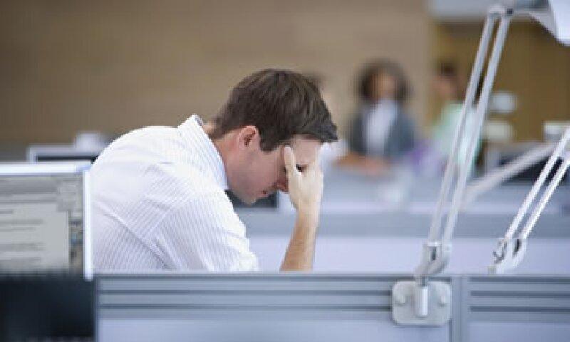 Los empleados se ven afectados por presión laboral, jornadas prolongadas, y problemas de depresión y ansiedad.  (Foto: Getty Images)