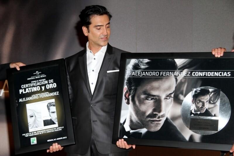 El Potrillo recibió un disco de oro y otro de platino por sus ventas.