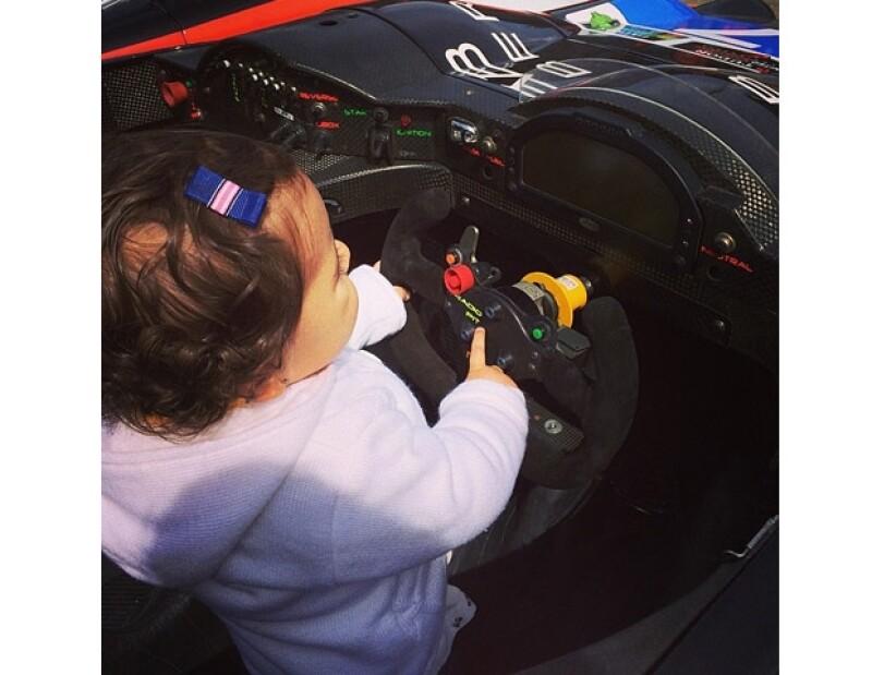 Mamá y Mini Jacky viajan con papá para apoyarlo en sus carreras.