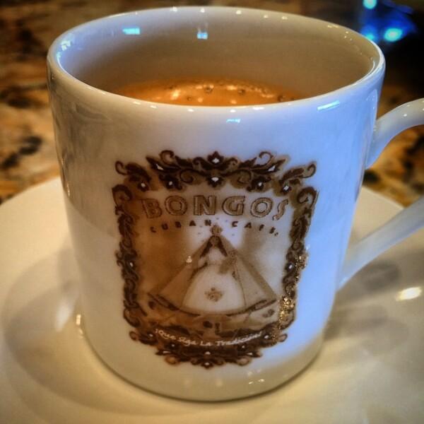 Thalía también disfruta del rico café cubano.