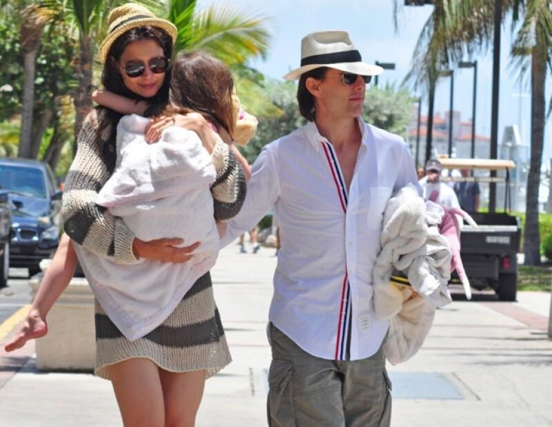 La actriz junto con su hija, Suri,  organizaron una fiesta sorpresa en Miami, Florida, para celebrar los 49 años de su esposo mientras éste sigue filmando `Rock of Ages´.