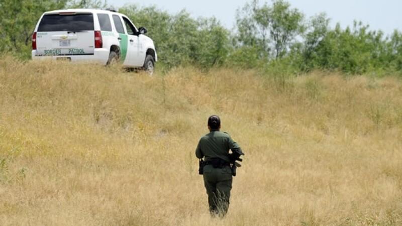 Una agente de la Patrulla Fronteriza vigila en Texas