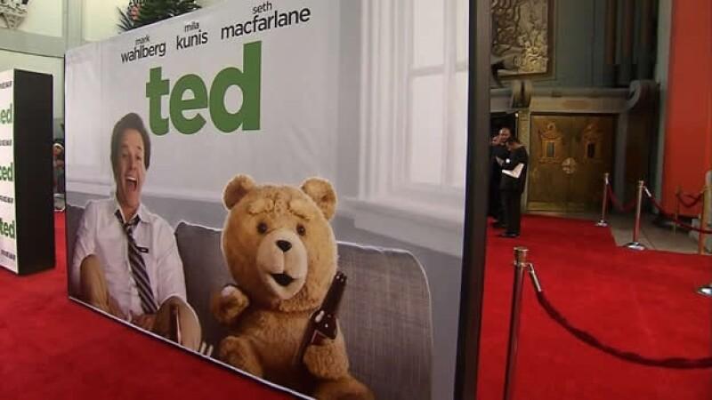 Un poster de la película 'Ted' sobre un oso irreverente que toma y fuma como diversión