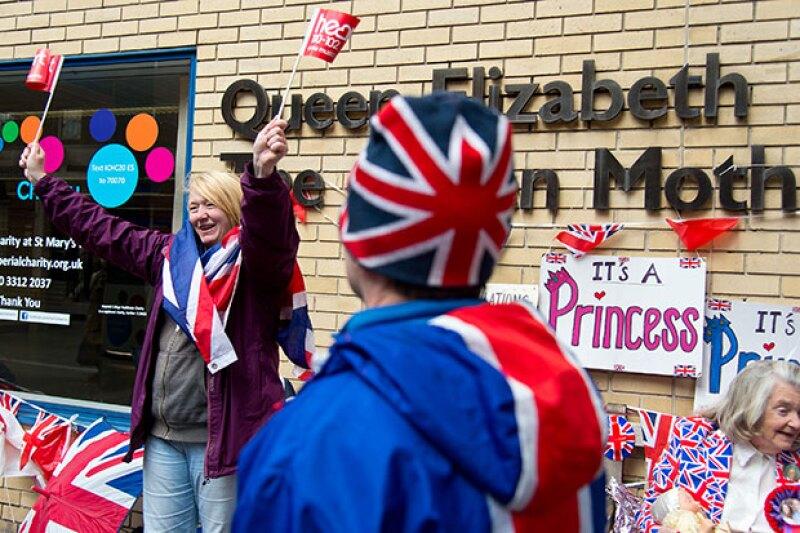 El príncipe William y Kate Middleton han enviado té y panecillos a quienes esperan ansiosos la llegada del nuevo miembro de la Corona inglesa afuera del hospital St. Mary.