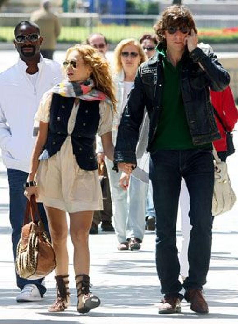 El esposo de Paulina Rubio dijo que su reto para el 2009 es promover producciones mexicanas en España.