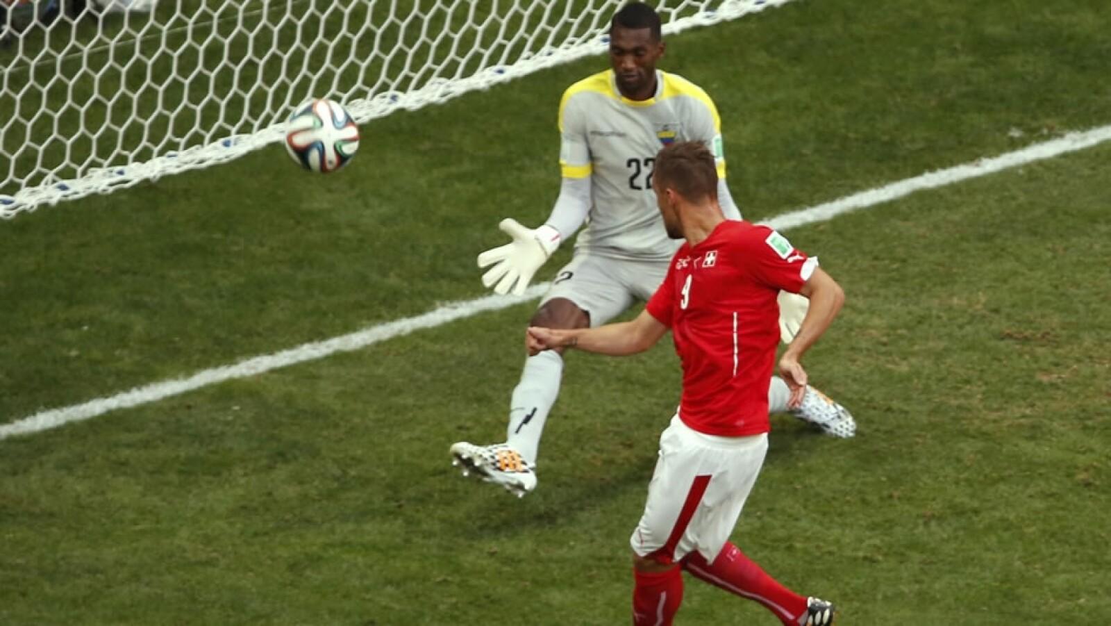 Seferovic, delantero de la Real Sociedad, vence al portero Alexander Domínguez de Ecuador