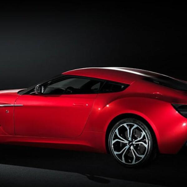 Tiene un motor de 6 litros de 12 cilindros en V. Los 510 caballos de fuerza que genera le permiten alcanzar los 100 kilómetros por hora en 4.2 segundos.