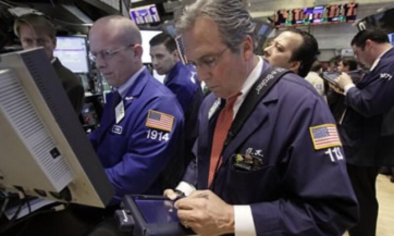 Las acciones estadounidenses cayeron luego de experimentar su mayor ganancia diaria en un mes. (Foto: AP)