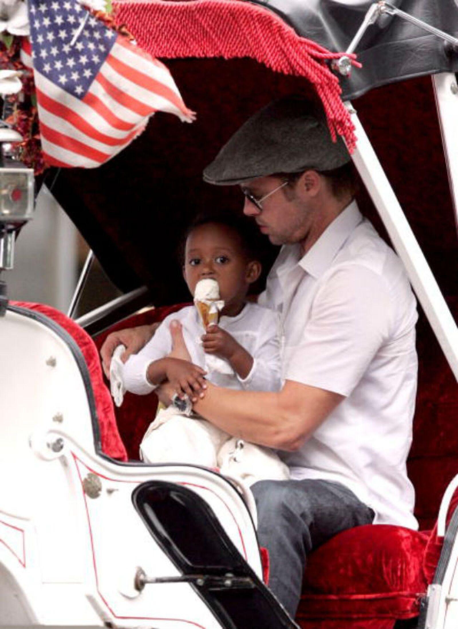 Brad Pitt está al pendiente de que su hija Zahara no se ensucie mientras toma su helado.