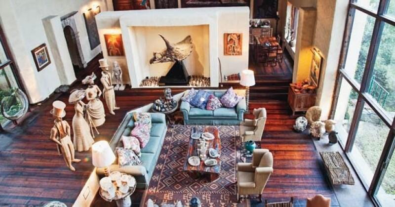 El polémico alcalde de San Pedro vive solo en una propiedad de casi cuatro hectáreas. Ahí duerme rodeado de una colección de arte.
