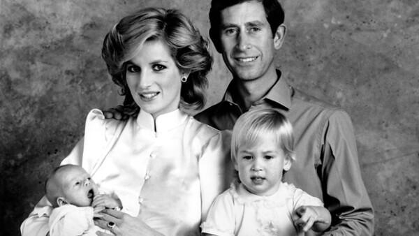 En esta foto que data de 1984, los Príncipes de Gales posan orgullosos con sus hijos.
