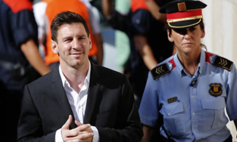 Messi, vestido con un traje negro pero sin corbata, llegó sonriente al tercer juzgado de Gava. (Foto: Reuters)
