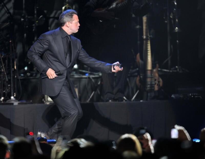 """Luis Miguel continuó su repertorio con """"Amor, Amor, Amor"""", y una canción original de Frank Sinatra, """"Come Fly With Me""""."""