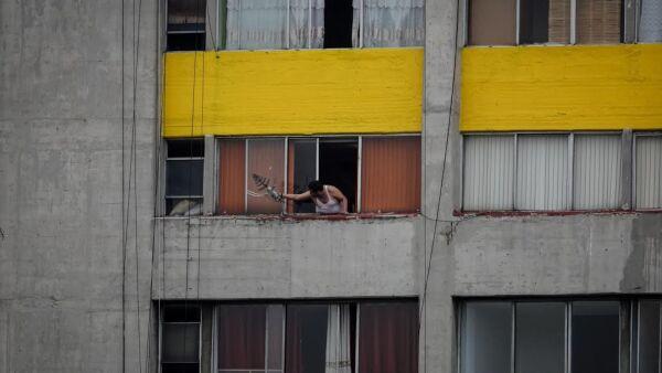 Un hombre repara una antena de televisión en un edificio del Conjunto Urbano Nonoalco Tlatelolco, en el marco de la cuarentena y emergencia sanitaria.