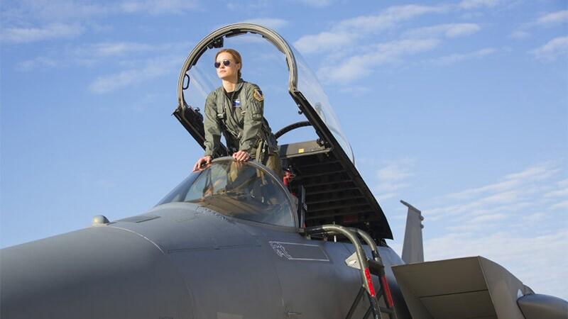 Brie Larson, piloto