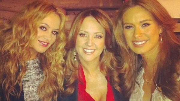 `La Chica Dorada´compartió esta foto con todos sus seguidores de Twitter, donde posa con las conductoras del programa `Hoy´ Galilea Montijo y Andrea Legarreta.