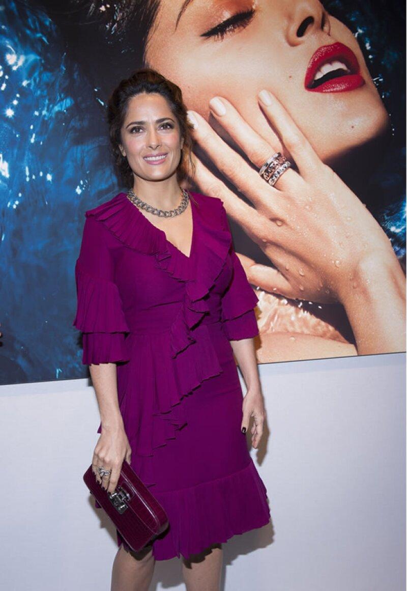 Salma Hayek posa junto a la foto oficial de la nueva colección de Pomellato.