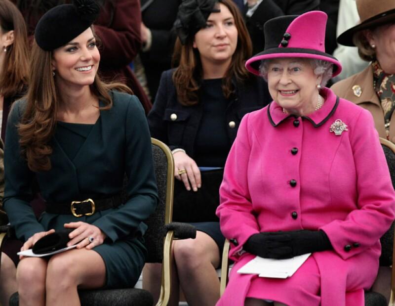 La monarca inglesa le pidió a la duquesa de Cambridge que le ayude a recuperar la imagen de la familia real tras las fotografías del príncipe donde aparece desnudo.