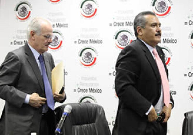 Labastida Ochoa (izq) estimó que cada terminal costará 200 dólares, una erogación que hará Hacienda. (Foto: Notimex)