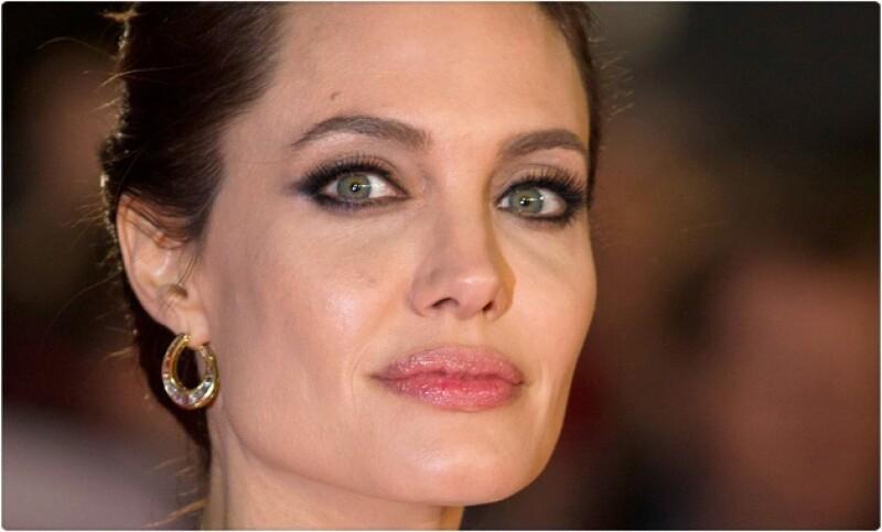 Para hacer frente al alto riesgo genético que tiene de padecer cáncer, la actriz decidió quitarse los ovarios y las trompas de Falopio, sin embargo se dice que aún así podría padecer la enfermedad.