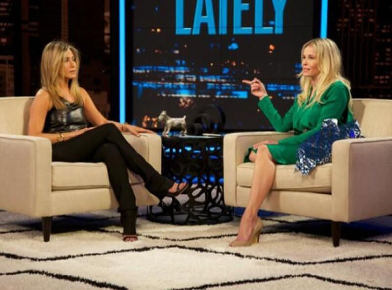 La actriz dio su primera entrevista luego de que su novio Justin Theroux le pidiera matrimonio. Fue en el show de `Chalsea Lately´ donde mostró su emoción.