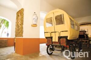 Cuenta con una colección de coches antiguos, de diferentes países.