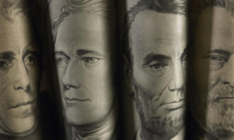 El dólar se vende en un máximo de 13.10 pesos en casas de cambio del AICM. (Foto: Getty Images)
