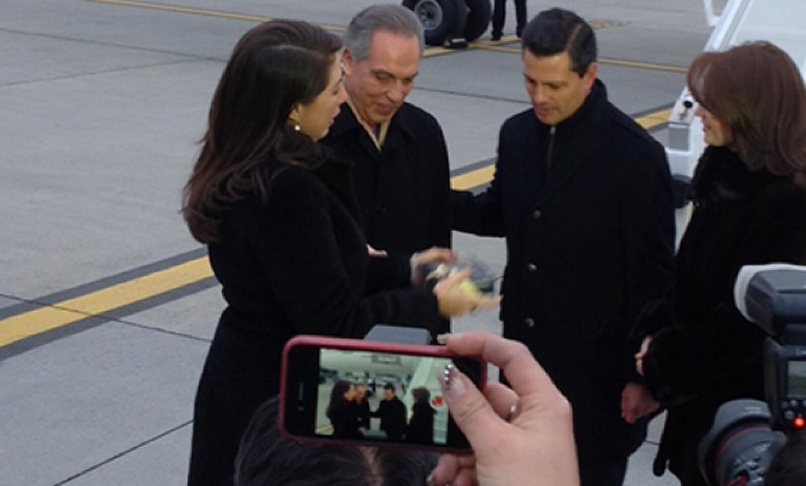 El presidente de México, Enrique Peña Nieto, llegó con su esposa al aeropuerto de Zurich, donde fue recibido por el embajador Jorge Castro-Valle.