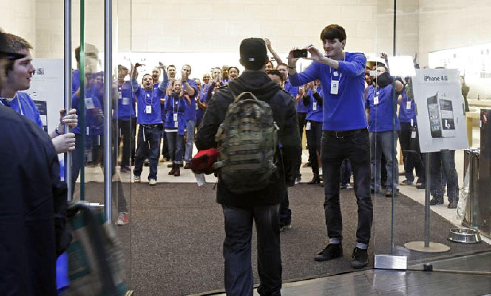 El primer comprador del nuevo iPhone en la tienda de Boston de Apple, antes de entrar a la fila.